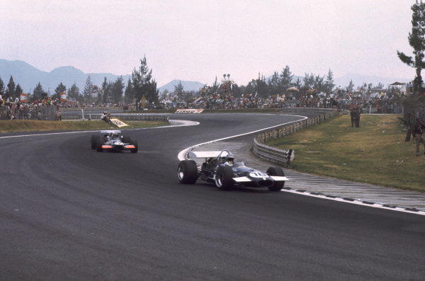 1969 Mexican Grand Prix.  Mexico City, Mexico. 17-19th October 1969.  Piers Courage, Brabham BT26A Ford, leads John Surtees, BRM P139.  Ref: 69MEX16. World Copyright: LAT Photographic