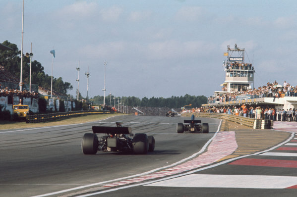 1973 Argentinian Grand Prix.  Buenos Aires, Argentina. 26-28th January 1973.  Cars head onto the start / finish straight.  Ref: 73ARG58. World Copyright: LAT Photographic