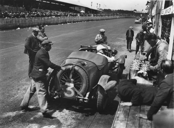"Le Mans, France. 16th - 17th June 1928. Jean Chassagne/Henry ""Tim"" Birkin (Bentley 4 5 Litre), 4th position, pit stop action.  Ref:  Autocar Glass Plate B37. World Copyright: LAT Photographic."