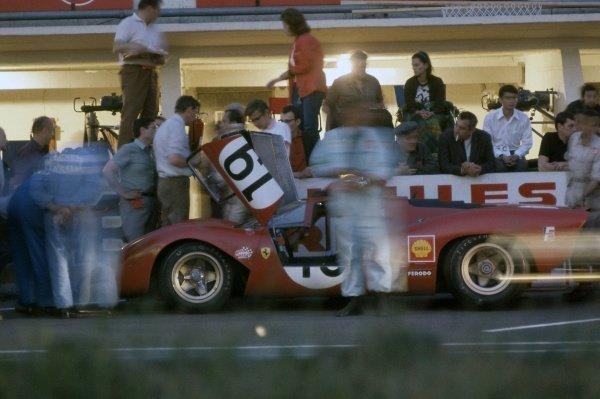 1969 Le Mans 24 hours. Le Mans, France. 14-15 June 1969. Chris Amon/Peter Schetty (Ferrari 312P), retired. Pitstop. World Copyright: LAT Photographic Ref: 69LM08.