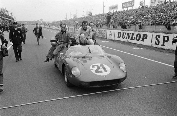 Race winners Lorenzo Bandini / Ludovico Scarfiotti, Scuderia Ferrari, Ferrari 250P.