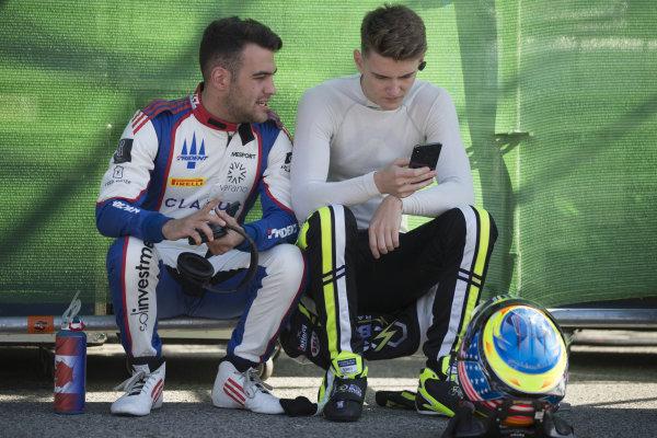 Devlin DeFrancesco (CAN, Trident) and Logan Sargeant (USA, Carlin Buzz Racing)