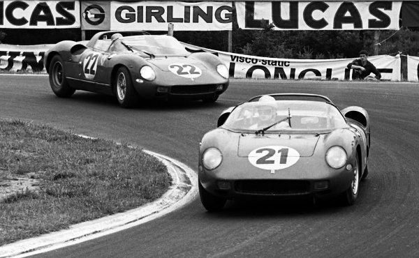 Ludovico Scarfiotti (ITA) / Lorenzo Bandini (ITA) Ferrari 250P ahead of Mike Parkes (GBR) / Umberto Maglioli (ITA) Ferrari 250P. Le Mans 24 Hours, Le Mans, France, 16 June 1963.