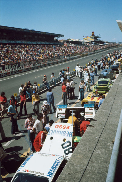Le Mans, France. 14-15 June 1975 Cars in the pit lane before the start, atmosphere World Copyright: LAT PhotographicRef: 75LM24.