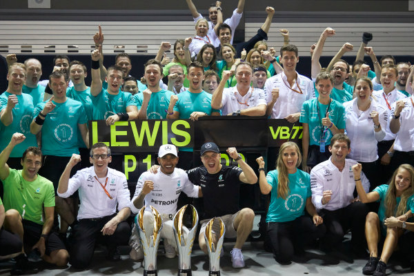 Marina Bay Circuit, Marina Bay, Singapore. Sunday 17 September 2017. Lewis Hamilton, Mercedes AMG, 1st Position, Valtteri Bottas, Mercedes AMG, 3rd Position, and the Mercedes team celebrate victory. World Copyright: Steve Etherington/LAT Images  ref: Digital Image SNE19549