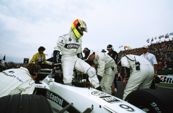 Suzuka, Japan.6-8 October 2000.Ralf Schumacher (Williams BMW) exits his car.World copyright - LAT Photographic