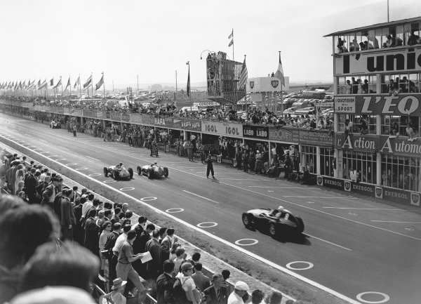 Reims, France. 4th - 6th July 1958.Juan Manuel Fangio (Maserati 250F), 4th position, leads Stirling Moss (Vanwall VW10), 2nd position, action. World Copyright: LAT Photographic.Ref: Autocar Glass Plate C52767.