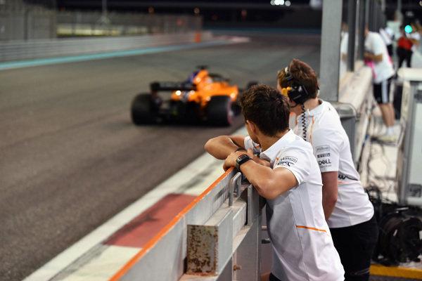 Lando Norris, McLaren watches Carlos Sainz Jr, McLaren MCL33