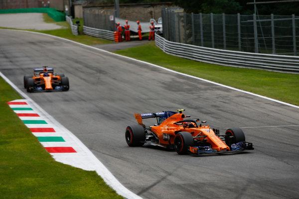 Stoffel Vandoorne, McLaren MCL33 Renault, leads Fernando Alonso, McLaren MCL33 Renault.