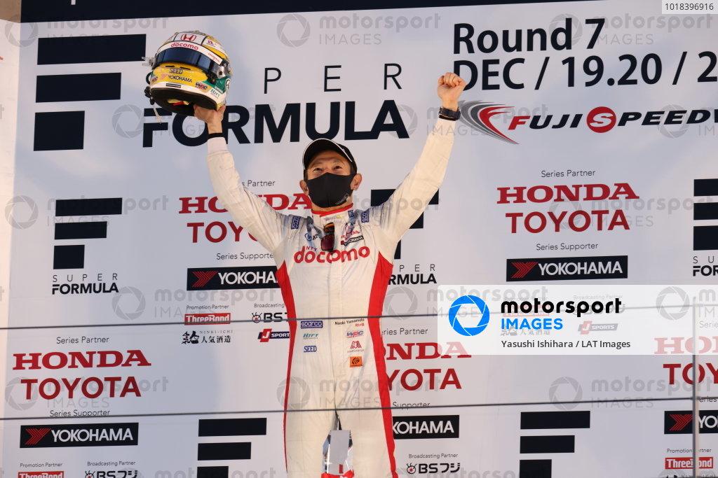 2020 Super Formula drivers' champion Naoki Yamamoto ( #5 DOCOMO TEAM DANDELION RACING, Dallara SF19 Honda ), 5th place, celebrates on the podium with his helmet