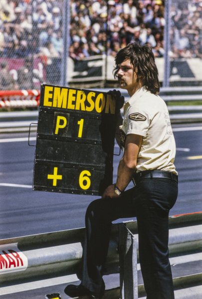 A Team Lotus mechanic holds Emerson Fittipaldi's pit board.