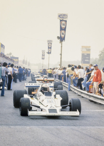 The field line up to exit the pitlane, headed by Alan Jones, Williams FW06 Ford.