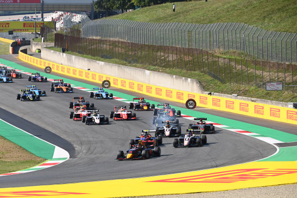 Simo Laaksonen (FIN) MP Motorsport, leads Jake Hughes (GBR) HWA RACELAB, Fabio Scherer (CHE) Sauber Junior Team by Charouz, Raoul Hyman (GBR) Sauber Junior Team by Charouz and the rest of the pack at the start