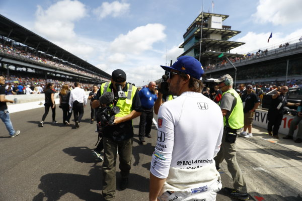 Verizon IndyCar Series Indianapolis 500 Race Indianapolis Motor Speedway, Indianapolis, IN USA Sunday 28 May 2017 Fernando Alonso, McLaren-Honda-Andretti Honda, greets the fans before the race. World Copyright: Steven Tee/LAT Images ref: Digital Image _R3I7624