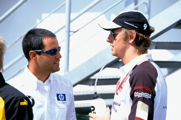 2004 Hungarian Grand Prix Hungaroring, Hungary. 13th - 15th August. Juan Pablo Montoya, WilliamsF1 BMW FW26 and Jenson Button, BAR Honda 006 talk during the weekend.World Copyright:Michael Cooper/LAT Photographic Ref:35mm Image:A07