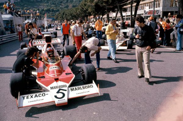 1974 Monaco Grand Prix.Monte Carlo, Monaco. 26 May 1974.Emerson Fittipaldi (McLaren M23-Ford) in the pits.World Copyright: LAT Photographicref: 35mm Transparency Image