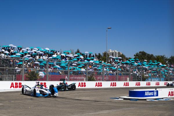 Alexander Sims (GBR) BMW I Andretti Motorsports, BMW iFE.18 leads Mitch Evans (NZL), Panasonic Jaguar Racing, Jaguar I-Type 3