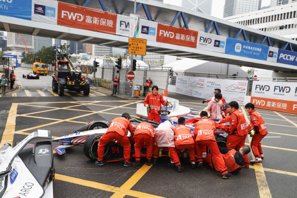 Marshals push the car of Pascal Wehrlein (DEU), Mahindra Racing, M5 Electro away
