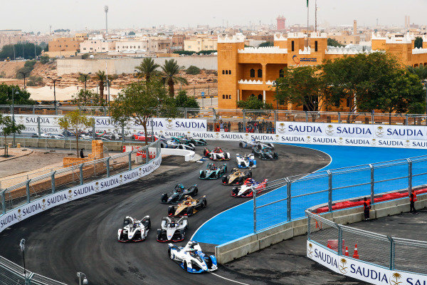 RIYADH STREET CIRCUIT, SAUDI ARABIA - DECEMBER 15: Antonio Felix da Costa (PRT), BMW I Andretti Motorsports, BMW iFE.18 leads SÈbastien Buemi (CHE), Nissan e.Dam, Nissan IMO1 and Jose Maria Lopez (ARG), GEOX Dragon Racing, Penske EV-3 at the start during the Ad Diriyah E-prix at Riyadh Street Circuit on December 15, 2018 in Riyadh Street Circuit, Saudi Arabia. (Photo by Sam Bloxham / LAT Images)