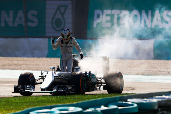 Sepang International Circuit, Sepang, Malaysia. Sunday 02 October 2016. Lewis Hamilton, Mercedes F1 W07 Hybrid climbs from his smoking car as he retires from the race. World Copyright: Steven Tee/LAT Photographic ref: Digital Image _O3I3256