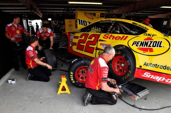 #22: Joey Logano, Team Penske, Ford Fusion Shell Pennzoil crew
