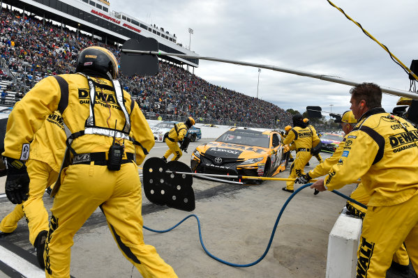 Monster Energy NASCAR Cup Series First Data 500 Martinsville Speedway, Martinsville VA USA Sunday 29 October 2017 Matt Kenseth, Joe Gibbs Racing, DEWALT Flexvolt Toyota Camry pit stop World Copyright: Scott R LePage LAT Images ref: Digital Image lepage-171029-mart-8376