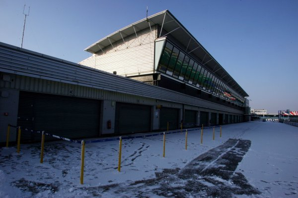 Snow in the pits.Formula One Testing, Silverstone, England, 22 February 2005.DIGITAL IMAGE