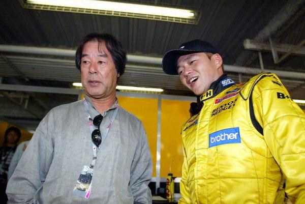 Satoshi Motoyama (JPN) Jordan (Right) with Kazuyoshi Hoshino (JPN) Xbox Impul Team Boss (Left).Formula One World Championship, Rd16, Japanese Grand Prix, Suzuka , Japan, 10 October 2003.DIGITAL IMAGE