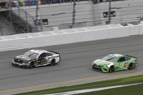 #10: Aric Almirola, Stewart-Haas Racing, Ford Mustang Smithfield, #18: Kyle Busch, Joe Gibbs Racing, Toyota Camry Interstate Batteries