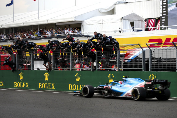 Esteban Ocon, Alpine A521, 1st position, takes victory to the delight of his team on the pit wall