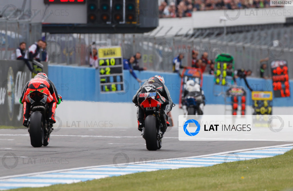 2015 World Superbike Championship.  Donington Park, UK.  23rd - 24th May 2015.  Leon Haslam, Red Devils Aprilia, and Davide Giugliano, Aruba Ducati, battle.  Ref: KW7_7103a. World copyright: Kevin Wood/LAT Photographic