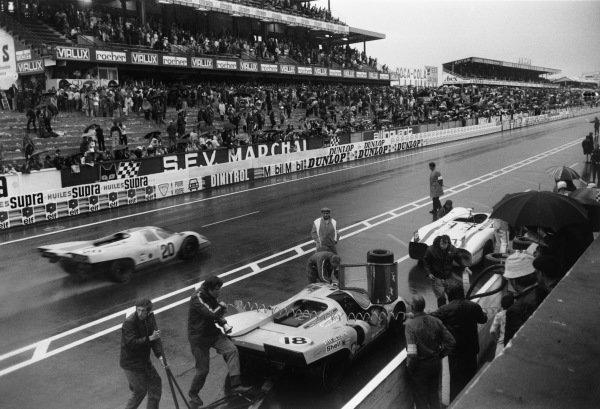 1970 Le Mans 24 hours. Le Mans, France. 13th - 14th June 1970. Jo Siffert/Brian Redman (Porsche 917K), retired, passes David Piper/Gijs van Lennep (Porsche 917K), retired and Rudi Lins/Helmut Marko (Porsche 908/02 LH), 3rd position, in the pits, action.  World Copyright: LAT Photographic. Ref:  L70 - 571 - 10A.