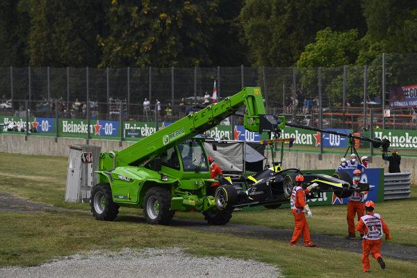 Marshals recover the car of Dan Ticktum (GBR, Carlin)