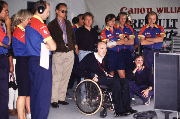 1992 Portuguese Grand Prix.Estoril, Portugal.25-27 September 1992.Frank Williams and Adrian Newey watch the screens with team members in the garage.World Copyright - LAT Photographic
