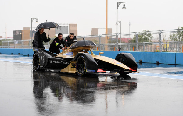 Mechanics push Andre Lotterer's (DEU), DS TECHEETAH, DS E-Tense FE19 down the pit lane