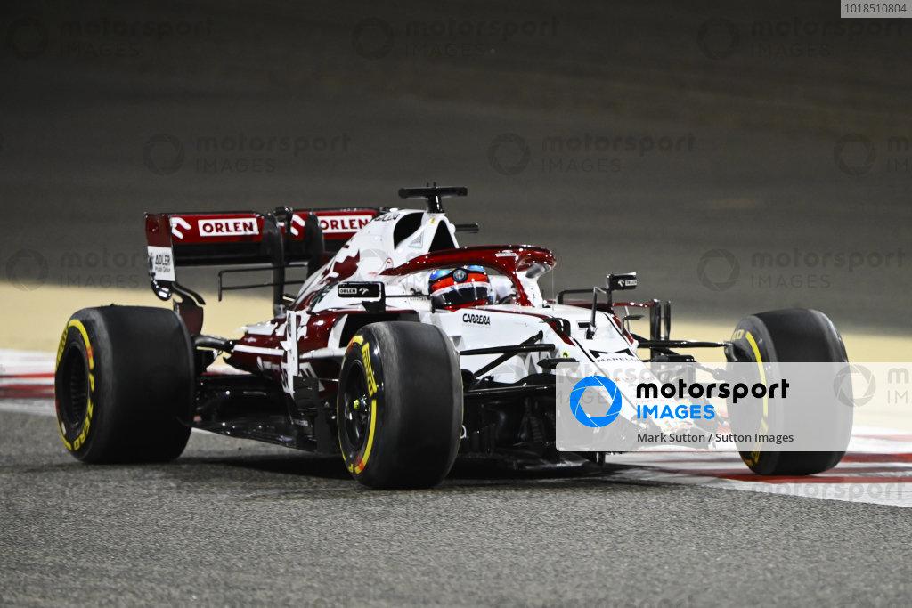 Front wing damage on the car of Kimi Raikkonen, Alfa Romeo Racing C41