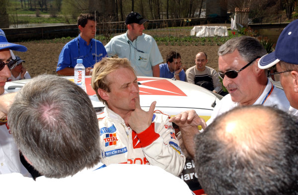 2002 World Rally ChampionshipRally Catalunya, 21st-24th March 2002.Philippe Bugalski discusses the morning's events of the with Guy Frequelin, Citroen Team Director, on Day 2.Photo: Ralph Hardwick/LAT