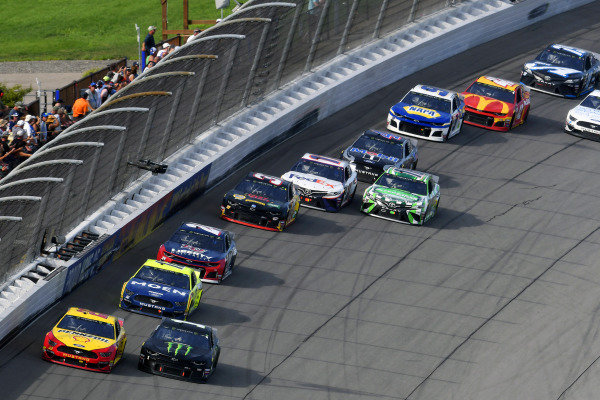 #22: Joey Logano, Team Penske, Ford Mustang Shell Pennzoil and #1: Kurt Busch, Chip Ganassi Racing, Chevrolet Camaro Monster Energy