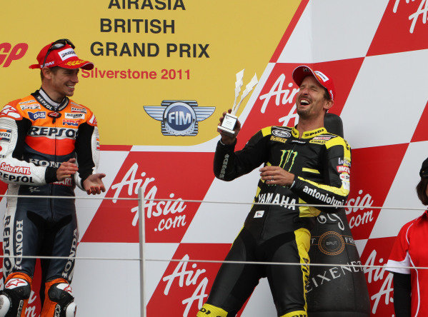 British Grand Prix. Silverstone, England. 10th-12th June 2011. Colin Edwards, Yamaha, celebrates a third place finish just 7 days after breaking his collarbone, as Casey Stoner, Honda, applauds. World Copyright: Kevin Wood/LAT Photographic. ref: Digital Image