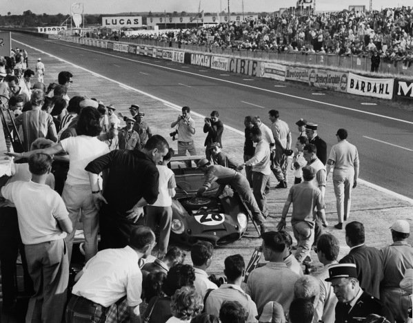 Le Mans, France. 23rd - 24th June 1962 Pedro Rodriguez/Ricardo Rodriguez (Ferrari Dino 246 SP), retired, pit stop action. World Copyright: LAT Photographic Ref:  Autocar Used Pic 29th June 1962 Pg 1061.