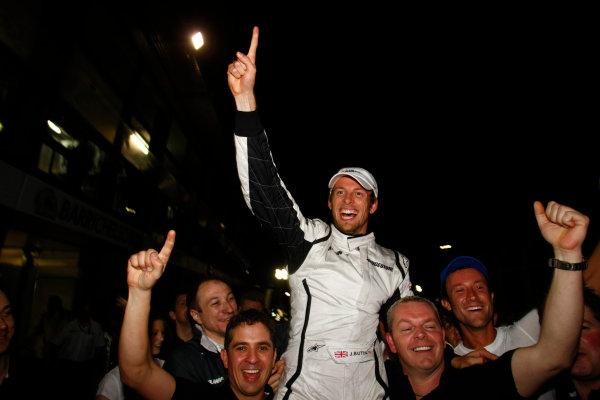 Albert Park, Melbourne, Australia29th March 2009.Jenson Button, Brawn GP BGP001 Mercedes, 1st position, celebrates with his team. Portrait. World Copyright: Charles Coates/LAT Photographicref: Digital Image _26Y0822