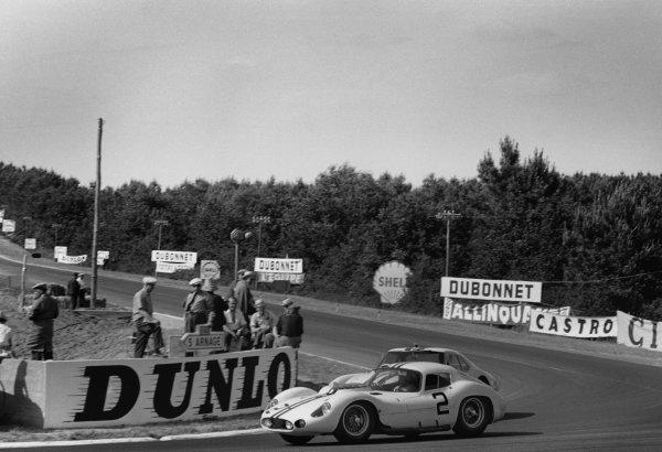 Le Mans, France. 23rd - 24th June 1962.Walt Hansgen/Bruce McLaren (Maserati 151/1 Coupe), retired, action. World Copyright: LAT Photographic.Ref:  B/WPRINT.