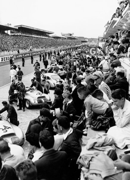 Le Mans, France. 25th - 26th June 1960.Spectators over the pits look at the cars before the start of the race, atmosphere.World Copyright: LAT Photographic.Ref:  Autocar Glass Plate C59061.