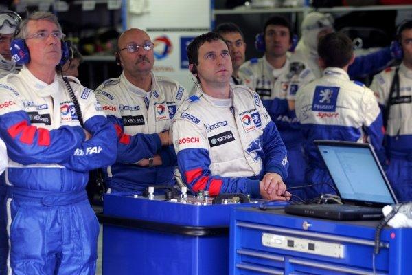 Michel Barge (FRA) Peugeot Sport Director (left) and the Peugeot mechanics.  Le Mans 24 Hour Race, Circuit De La Sarthe, Le Mans , France. 14-15 June 2008.
