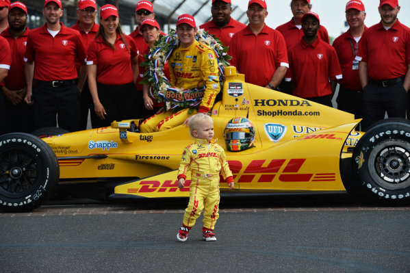 Indy 500 winner Ryan Hunter-Reay (USA) Andretti Autosport poses with the team and son Ryden Hunter-Reay (USA).Verizon IndyCar Series, Rd4, Indianapolis 500, Indianapolis, USA, 26 May 2014.