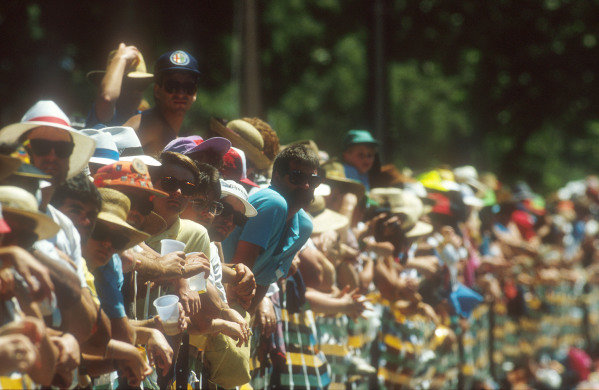 1990 Australian Grand Prix.Adelaide, Australia.2-4 November 1990.The fans came out in force for the race in Adelaide.Ref-90 AUS 25.World Copyright - LAT Photographic