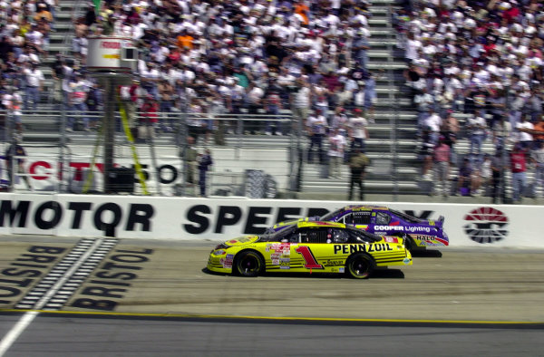 #1 Steve Park and #55 Kenny Wallace lead the field to the line.NASCAR Food City 500 at Bristol Motor Speedway (Tenn)26 March, 2000LAT PHOTOGRAPHIC