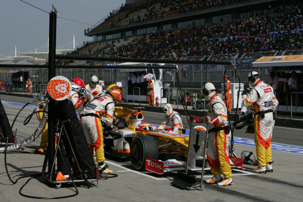 Shanghai International Circuit, Shanghai, China18th April 2009Fernando Alonso, Renault R29, makes a stop. Action. Pit Stops. World Copyright: Andrew Ferraro/LAT Photographicref: Digital Image VY9E8803