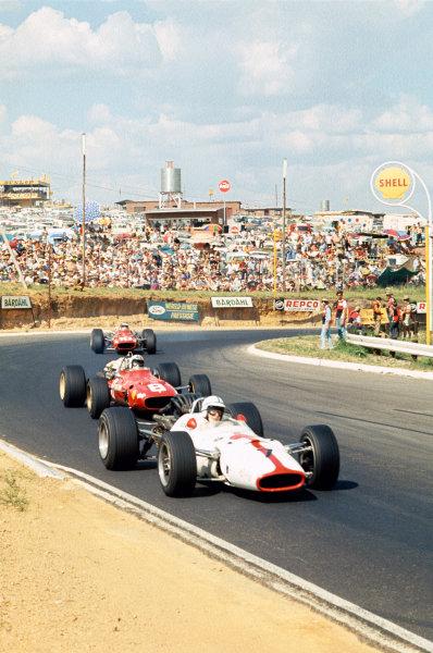 Kyalami, South Africa. 1 January 1968. Rd 1. John Surtees (Honda RA300-Honda), 8th position, action. World Copyright: LAT Photographic Ref: 68SA45.