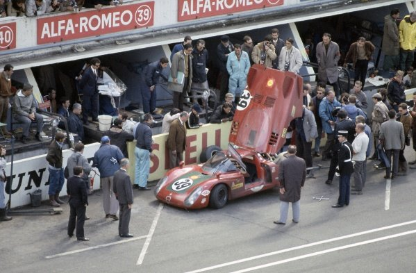 1968 Le Mans 24 hours. Le Mans, France. 28-29 September 1968. Ignazio Giunti/Nanni Galli (Alfa Romeo T33/2), 4th position. Pitstop. World Copyright: LAT Photographic Ref: 68LM14